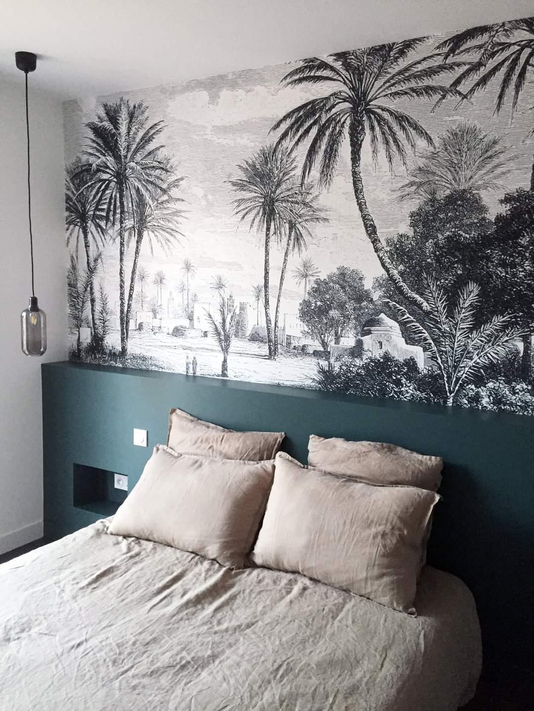 Chambre avec papier peint motif palmiers décorée par Lefort Décoration dans le Maine et Loire 49