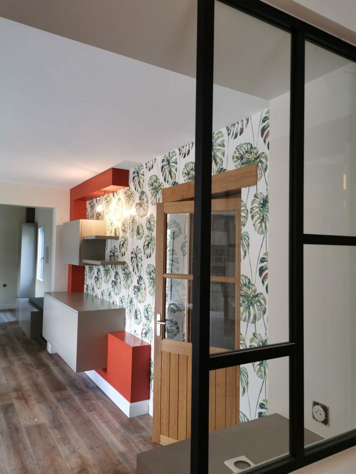 Cuisine avec papier peint à motifs palmiers et verrière par Lefort Décoration à la Séguinière dans le Maine et Loire 49