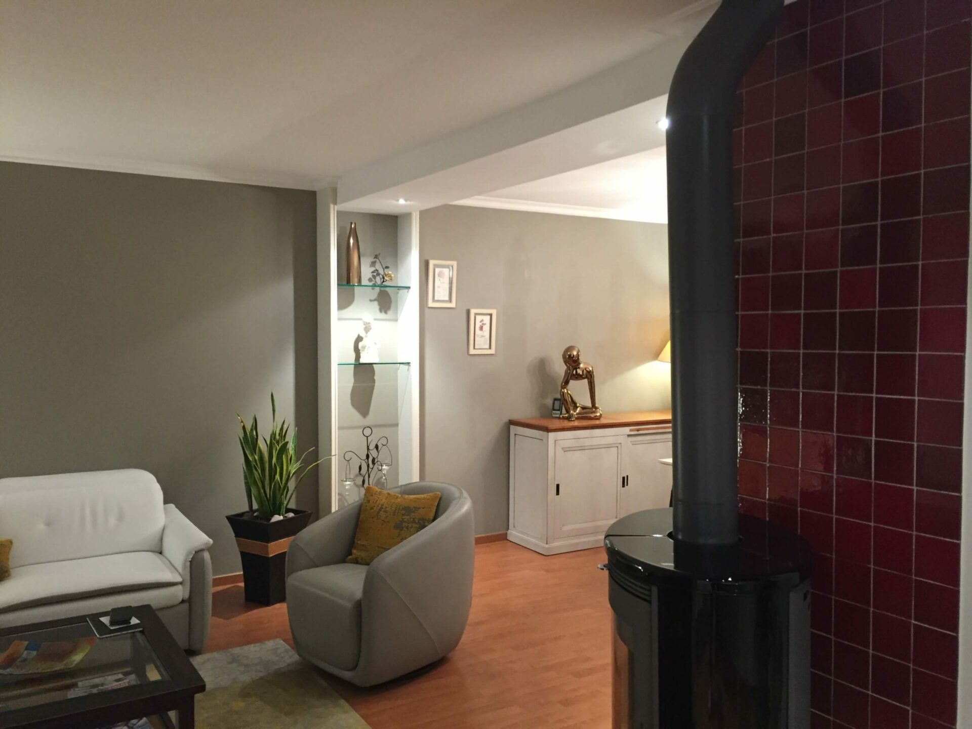 Plan large d'un salon salle à manger avec poêle à bois par Lefort Décoration à la Séguinière 49