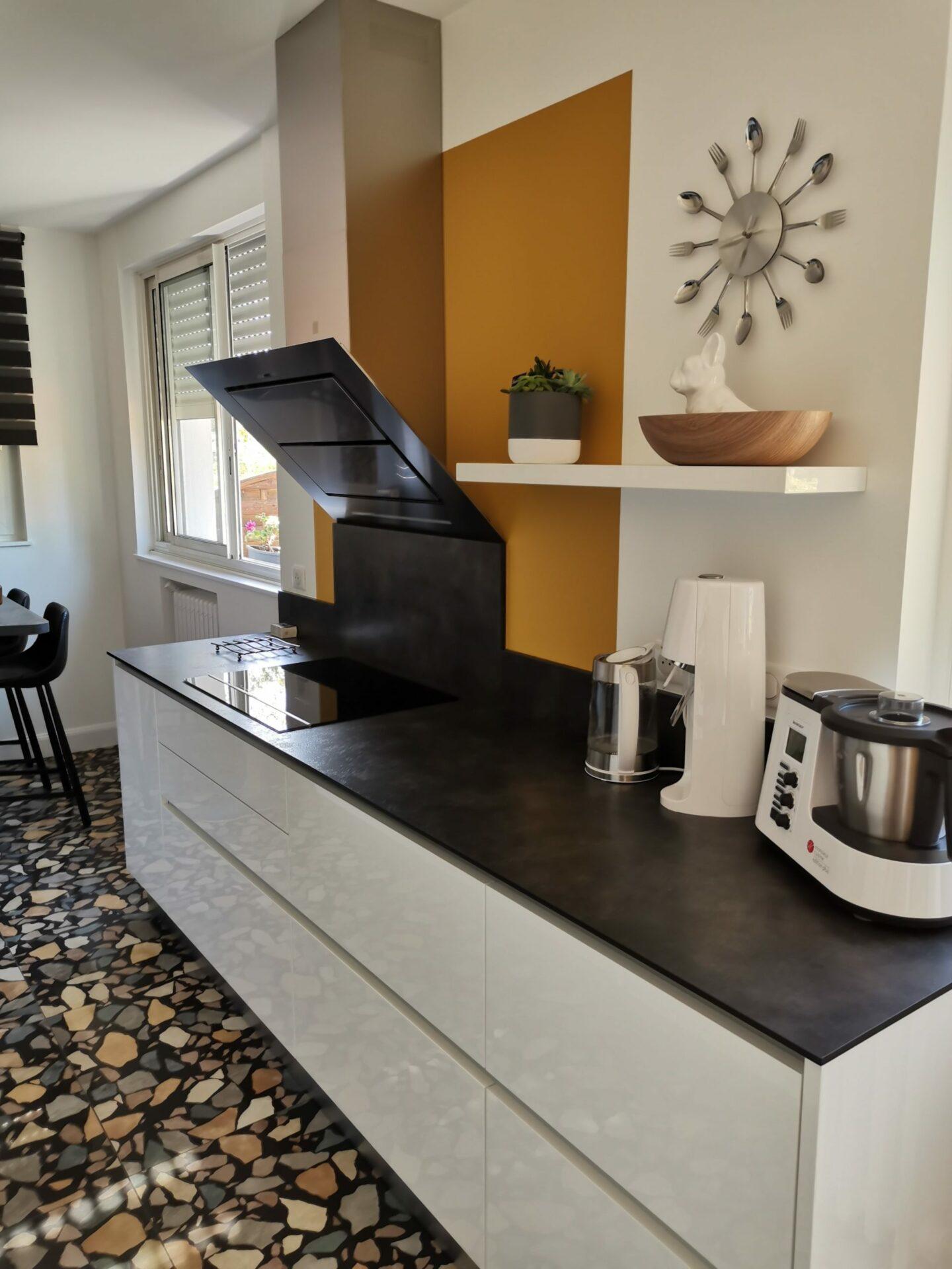 Rénovation d'une cuisine avec peinture moutarde et plan de travail par Lefort Décoration à la Séguinière dans le 49
