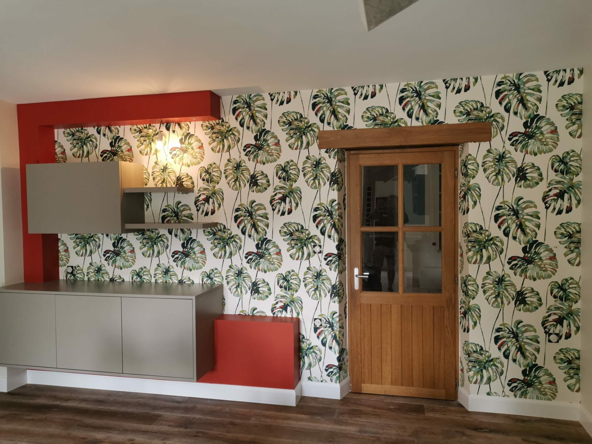 Revêtement du mur d'une cuisine avec du papier peint avec motif à feuilles vertes par Lefort Décoration
