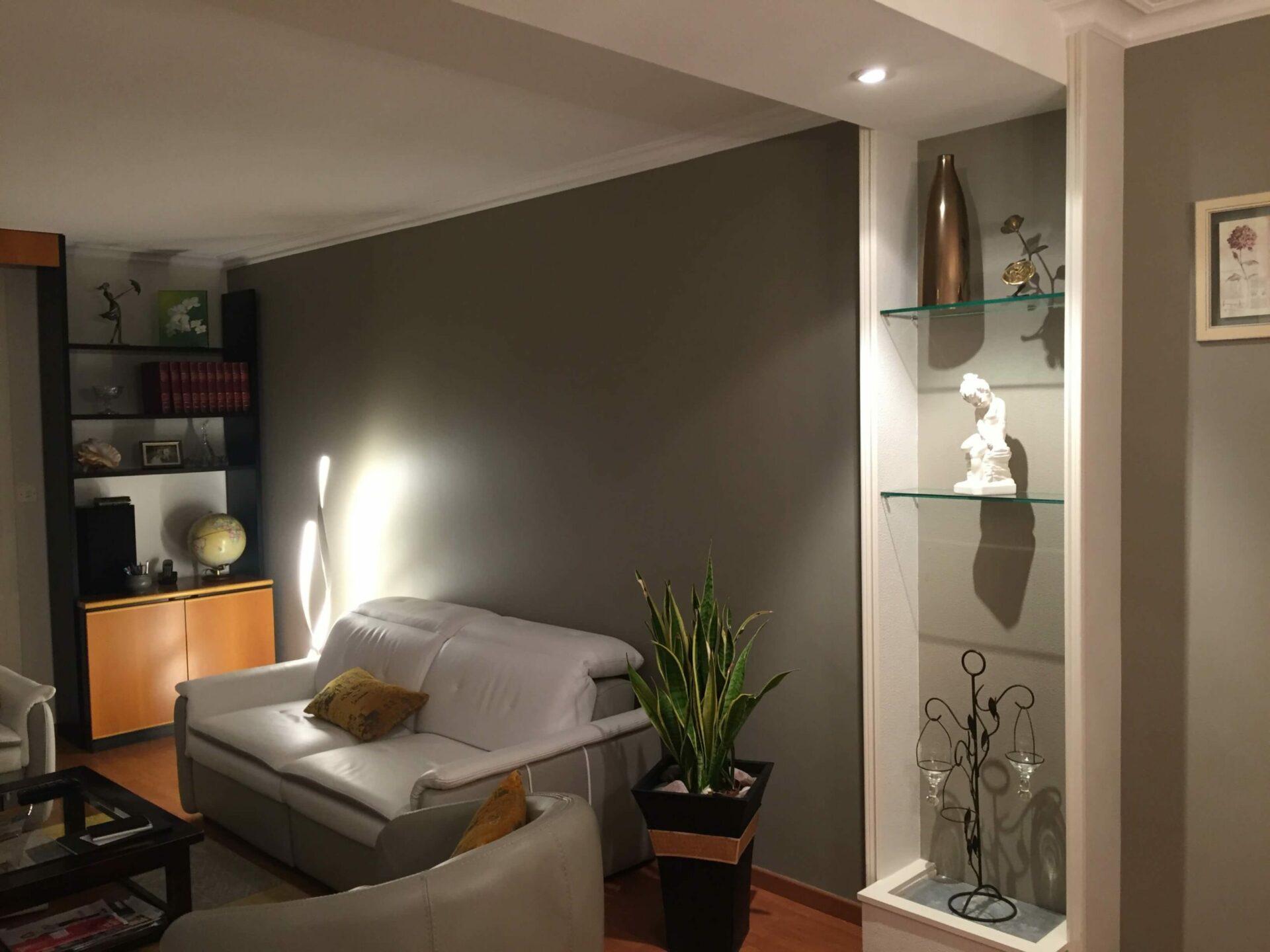 Salon aménagé avec peinture grise par Lefort Décoration dans le Maine et Loire 49
