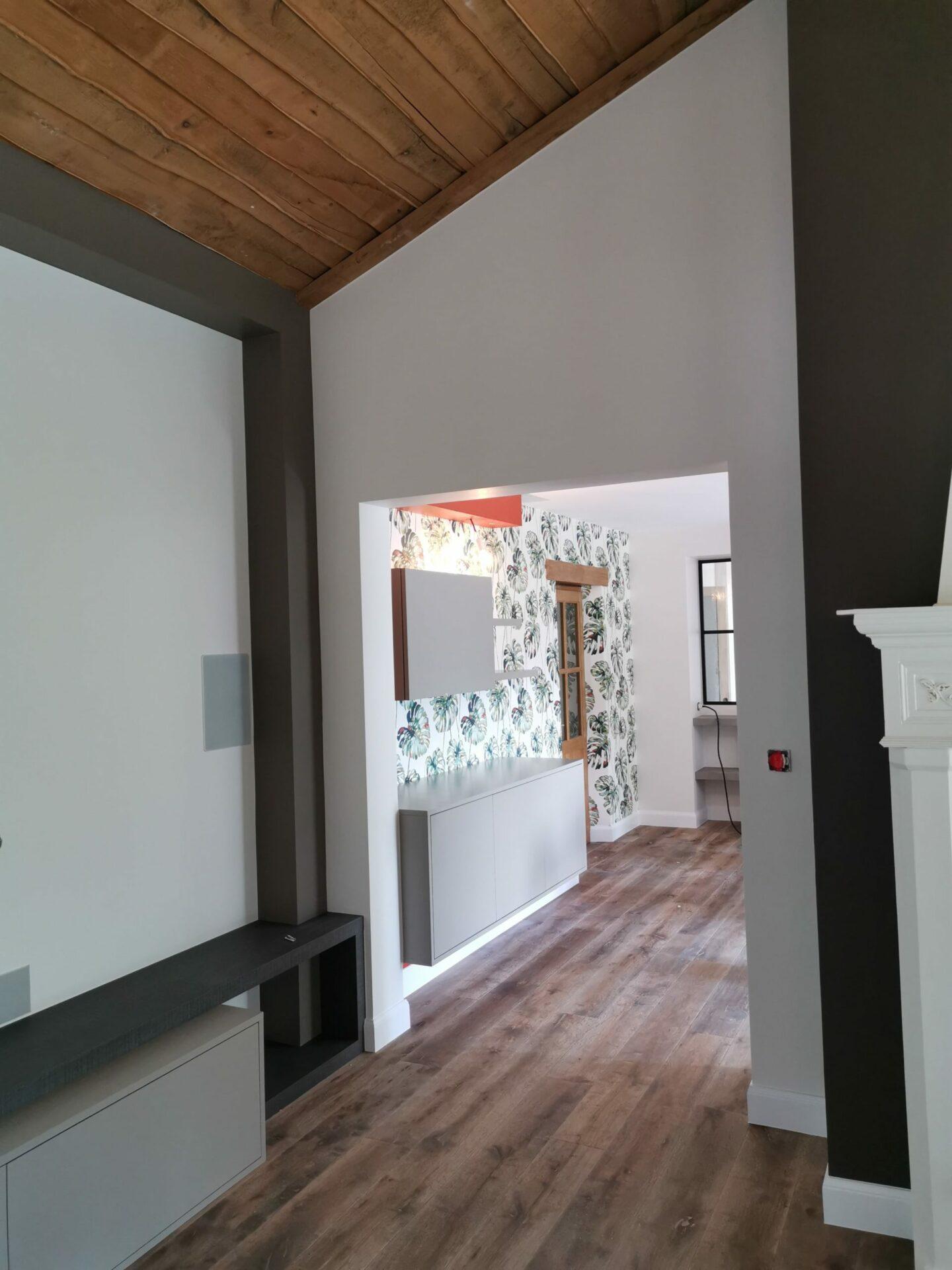 Vue d'ensemble d'une ouverture sur une cuisine et revêtement aux murs par Lefort Décoration dans le Maine et Loire